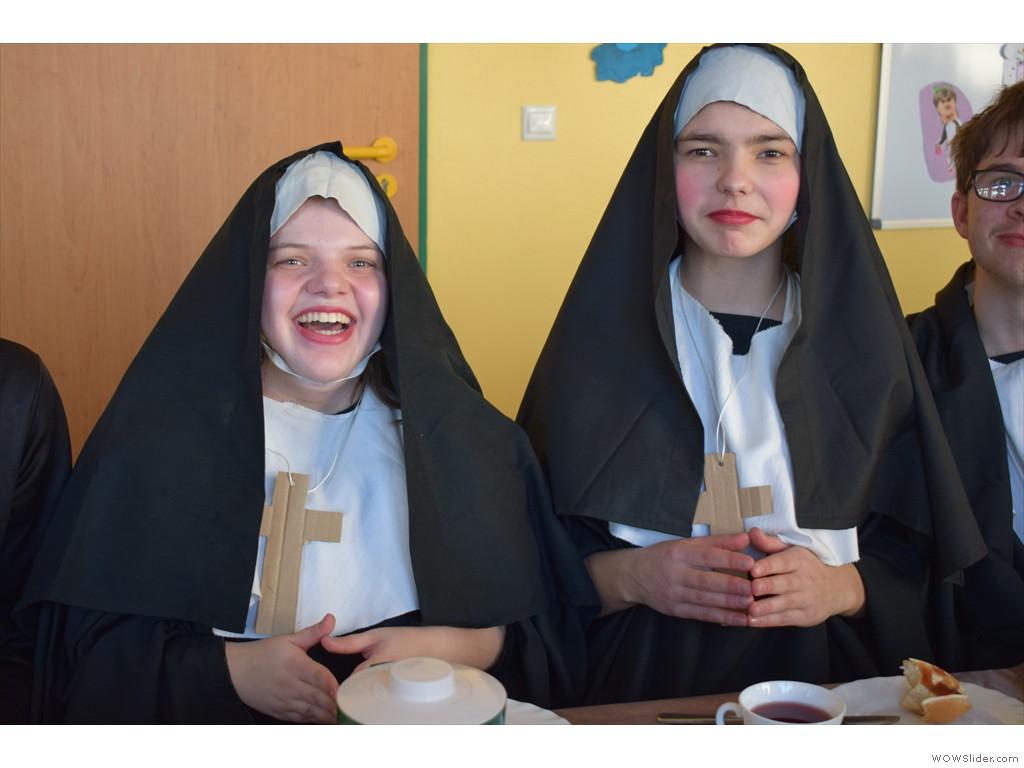 Die Nonnen aßen im Treffpunkt
