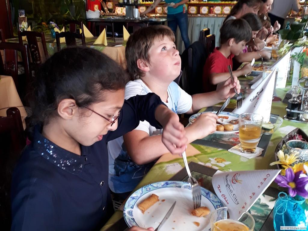 Wir essen mit Messer+ Gabel