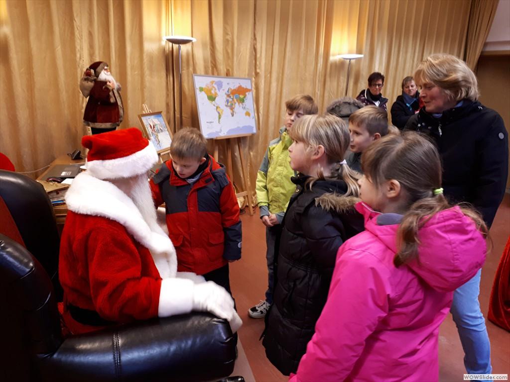 Alle singen ein Lied für den Weihnachtsmann